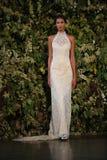 NEW YORK, NY - 10 OKTOBER: Een model loopt de baan tijdens Claire Pettibone Fall 2015 de Bruids Inzameling toont Royalty-vrije Stock Afbeelding