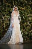 NEW YORK, NY - 10 OKTOBER: Een model loopt de baan tijdens Claire Pettibone Fall 2015 de Bruids Inzameling toont Royalty-vrije Stock Foto