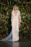 NEW YORK, NY - 10 OKTOBER: Een model loopt de baan tijdens Claire Pettibone Fall 2015 de Bruids Inzameling toont Stock Fotografie