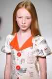 NEW YORK, NY - 19 OKTOBER: Een model loopt de baan tijdens de de Kledingsvoorproef van Aria Children bij de Manierweek van petite Royalty-vrije Stock Fotografie