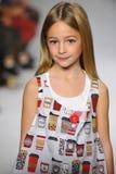 NEW YORK, NY - 19. OKTOBER: Ein Modell geht die Rollbahn während der des Aria Childrens Kleidungsvorschau an der petitePARADE Kin Stockbild