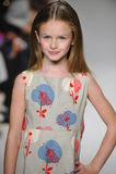 NEW YORK, NY - 19. OKTOBER: Ein Modell geht die Rollbahn während der des Aria Childrens Kleidungsvorschau an der petitePARADE Kin Stockfotografie