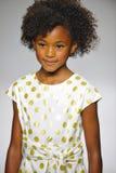 NEW YORK, NY - 19. OKTOBER: Ein Modell geht die Rollbahn während der des Aria Childrens Kleidungsvorschau an der petitePARADE Kin Stockbilder