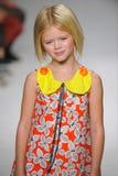 NEW YORK, NY - 19. OKTOBER: Ein Modell geht die Rollbahn während der des Aria Childrens Kleidungsvorschau an der petitePARADE Kin Lizenzfreies Stockfoto