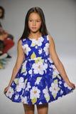NEW YORK, NY - 19. OKTOBER: Ein Modell geht die Rollbahn während der des Aria Childrens Kleidungsvorschau an der petitePARADE Kin Lizenzfreie Stockbilder