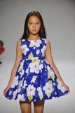 NEW YORK, NY - 19. OKTOBER: Ein Modell geht die Rollbahn während der des Aria Childrens Kleidungsvorschau an der petitePARADE Kin Lizenzfreies Stockbild