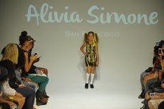 NEW YORK NY - OKTOBER 18: En modell går landningsbanan under Aliviaen Simone som förtitten på liten och nätt STÅTAR ungemodevecka Arkivbilder