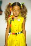 NEW YORK NY - OKTOBER 18: En modell går landningsbanan under Aliviaen Simone som förtitten på liten och nätt STÅTAR ungemodevecka Royaltyfri Foto