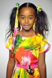 NEW YORK NY - OKTOBER 18: En modell går landningsbanan under Aliviaen Simone som förtitten på liten och nätt STÅTAR ungemodevecka Royaltyfria Bilder