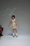 NEW YORK NY - OKTOBER 19: En modell går landningsbanan under Ariaens Childrens klädförtitten på veckan för petitePARADEungemode Royaltyfri Foto
