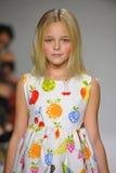 NEW YORK NY - OKTOBER 19: En modell går landningsbanan under Ariaens Childrens klädförtitten på veckan för petitePARADEungemode Arkivfoto