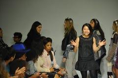 NEW YORK NY - OKTOBER 18: Formgivaren Ashley Chang går landningsbanan under prästerna som förtitten på liten och nätt STÅTAR unge Royaltyfria Foton