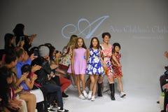 NEW YORK NY - OKTOBER 19: Formgivaren Peini Yang (C) går landningsbanan med modeller under Ariaens Childrens klädförtitten på hus Royaltyfria Bilder