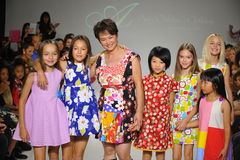 NEW YORK NY - OKTOBER 19: Formgivaren Peini Yang (C) går landningsbanan med modeller under Ariaens Childrens klädförtitten på hus Royaltyfri Bild