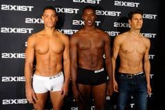 NEW YORK, NY - 21. OKTOBER: Modelle werfen Bühne hinter dem Vorhang während 2 (X) IST-Modeschau auf Lizenzfreie Stockbilder