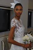 NEW YORK NY - OKTOBER 13: Modellen gör informellt modellera på Carolina Herrera Bridal Presentation Arkivfoto