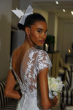 NEW YORK NY - OKTOBER 13: Modellen gör informellt modellera på Carolina Herrera Bridal Presentation Royaltyfria Bilder