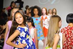 NEW YORK NY - OKTOBER 19: Modeller går landningsbanafinalen under Ariaens Childrens klädförtitten på petitePARADEungemode Royaltyfria Foton