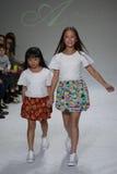 NEW YORK NY - OKTOBER 19: Modeller går landningsbanan under Ariaens Childrens klädförtitten på veckan för petitePARADEungemode Royaltyfria Bilder