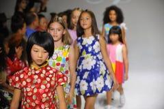 NEW YORK, NY - 19. OKTOBER: Modellweg das Rollbahnfinale während der des Aria Childrens Kleidungsvorschau am petitePARADE scherzt Stockfotografie