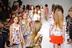 NEW YORK, NY - 19. OKTOBER: Modellweg das Rollbahnfinale während der des Aria Childrens Kleidungsvorschau am petitePARADE scherzt Stockfoto