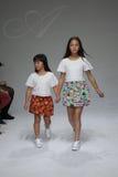 NEW YORK, NY - 19. OKTOBER: Modellweg die Rollbahn während der des Aria Childrens Kleidungsvorschau am petitePARADE scherzt Mode- Stockbild