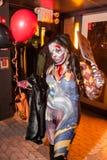 NEW YORK, NY - 31 OTTOBRE: Gli ospiti in costumi mascaraed che posano al modo fanno festa durante l'evento di Halloween Fotografie Stock Libere da Diritti