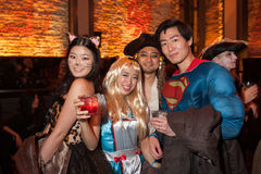 NEW YORK, NY - 31 OTTOBRE: Gli ospiti in costumi mascaraed che posano al modo fanno festa durante l'evento di Halloween Immagine Stock Libera da Diritti