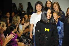 NEW YORK, NY - 18 OTTOBRE: Passeggiata dei progettisti Hyunjoo Lee (r) e di Erica Kim la pista con i modelli Fotografie Stock Libere da Diritti