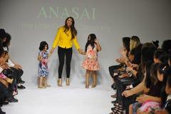 NEW YORK, NY - 18 OTTOBRE: Progettista Sharreen A Talreja cammina la pista durante la previsione di Anasai a modo dei bambini del Fotografie Stock