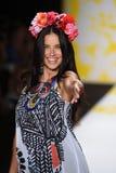 NEW YORK, NY - 4. SEPTEMBER: Adriana Lima geht die Rollbahn bei Desigual Lizenzfreie Stockbilder