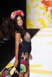 NEW YORK, NY - 4. SEPTEMBER: Adriana Lima geht die Rollbahn bei Desigual Stockfoto