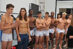 NEW YORK, NY - 06 SEPTEMBER: De modellen stellen coulisse bij de modeshow van Parke & van Ronen Spring 2014 Royalty-vrije Stock Foto's