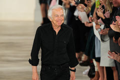 NEW YORK, NY - 11. SEPTEMBER: Designer Ralph Lauren grüßt das Publikum stockfoto