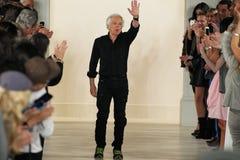 NEW YORK, NY - 11. SEPTEMBER: Designer Ralph Lauren grüßt das Publikum Lizenzfreie Stockbilder