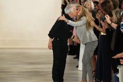 NEW YORK, NY - 11. SEPTEMBER: Designer Ralph Lauren grüßt das Publikum Stockbild