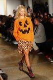 NEW YORK, NY - 10 SEPTEMBER: Een model loopt de baan bij de Jeremy Scott-modeshow Stock Afbeeldingen