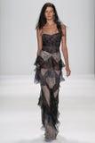 NEW YORK, NY - 09 SEPTEMBER: Een model loopt de baan bij de modeshow van Badgley Mischka Royalty-vrije Stock Foto