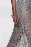 NEW YORK, NY - 09 SEPTEMBER: Een model loopt de baan bij de modeshow van Badgley Mischka Stock Afbeeldingen