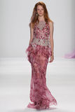 NEW YORK, NY - 09 SEPTEMBER: Een model loopt de baan bij de modeshow van Badgley Mischka Royalty-vrije Stock Fotografie