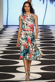 NEW YORK, NY - 05 SEPTEMBER: Een model loopt de baan bij de modeshow van Nicole Miller Spring 2015 Stock Fotografie