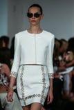 NEW YORK, NY - 09 SEPTEMBER: Een model loopt de baan bij de Oscar De La Renta-modeshow Stock Foto