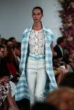 NEW YORK, NY - 09 SEPTEMBER: Een model loopt de baan bij de Oscar De La Renta-modeshow Royalty-vrije Stock Foto