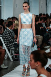 NEW YORK, NY - 09 SEPTEMBER: Een model loopt de baan bij de Oscar De La Renta-modeshow Royalty-vrije Stock Afbeelding