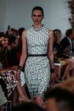 NEW YORK, NY - 09 SEPTEMBER: Een model loopt de baan bij de Oscar De La Renta-modeshow Stock Afbeeldingen