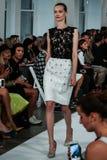 NEW YORK, NY - 09 SEPTEMBER: Een model loopt de baan bij de Oscar De La Renta-modeshow Royalty-vrije Stock Fotografie