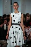 NEW YORK, NY - 09 SEPTEMBER: Een model loopt de baan bij de Oscar De La Renta-modeshow Stock Fotografie