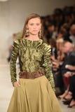 NEW YORK, NY - 11 SEPTEMBER: Een model loopt de baan bij Ralph Lauren-modeshow Stock Fotografie