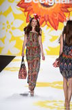 NEW YORK, NY - 04 SEPTEMBER: Een model loopt de baan in Desigual Stock Afbeelding