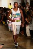 NEW YORK, NY - 10. SEPTEMBER: Ein Modell geht die Rollbahn an der Jeremy Scott-Modeschau Lizenzfreie Stockfotografie